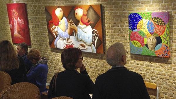 1 maart 2019 - Genodigden bekijken de expositie bestaande uit 25 kunstwerken speciaal gemaakt voor het 25-jarig jubileum van De Groene Luiken - Vlaardingen